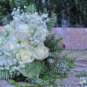 Ανθοδέσμη-γάμου-με-έλατο-και-τριαντάφυλλα